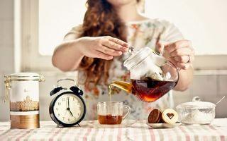 Обои чай, чайник, будильник, стол, девушка, печенье, еда