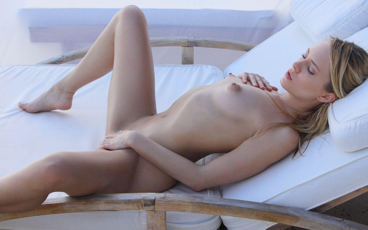 Фото бесплатно девушка, спит, грудь - на рабочий стол
