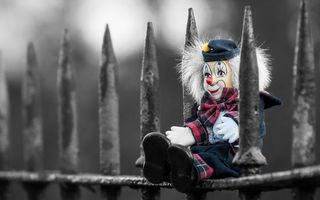 Бесплатные фото игрушка,клоун,глаза,перчатки,забор,шляпа,разное