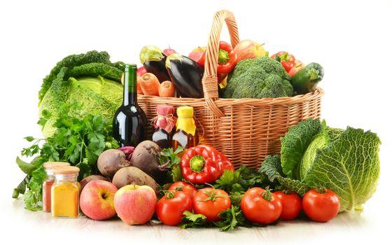 Бесплатные фото корзина,овощи,помидоры,перец,баклажаны,бутылки,капуста,еда