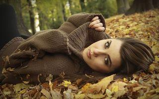 Бесплатные фото осень, листопад, парк, девушка, свитер, шатенка, пирсинг