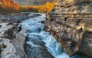 Бесплатные фото река,водопад,скала,камни,осень,деревья,природа