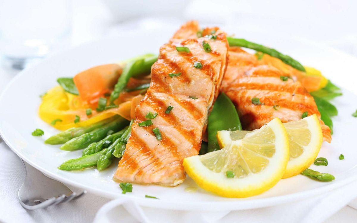 Фото бесплатно рыба, лосось, жареная, кусок, лимон, долька, спаржевая, фасоль, лук, зеленый, зелень, тарелка, еда, еда