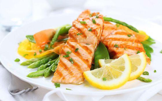 Бесплатные фото рыба,лосось,жареная,кусок,лимон,долька,спаржевая,фасоль,лук,зеленый,зелень,тарелка
