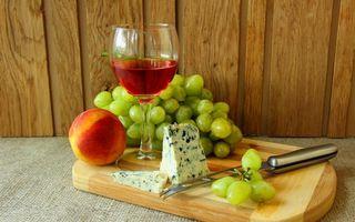 Бесплатные фото бокал,вино,красное,сыр с плесенью,персик,гроздь,виноград