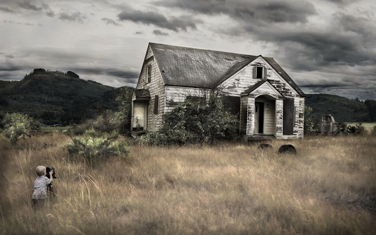 Фото бесплатно малыш, ребенок, кинокамера, дом, старый, трава, кустарник, небо, хмурое, разное, разное