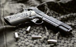 Бесплатные фото пистолет,ствол,патроны,ткань,стол,оружие