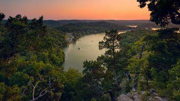 Бесплатные фото река,катер,деревья,камни,небо,закат,пейзажи