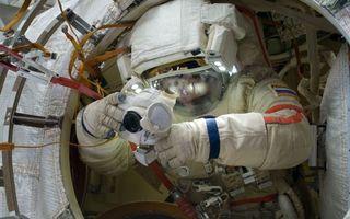 Фото бесплатно станция, космонавт, скафандр, камера, карабины, фонари, космос