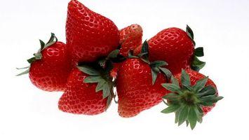 Бесплатные фото ягода,клубника,красная,спелая,хвостики,зеленые,еда