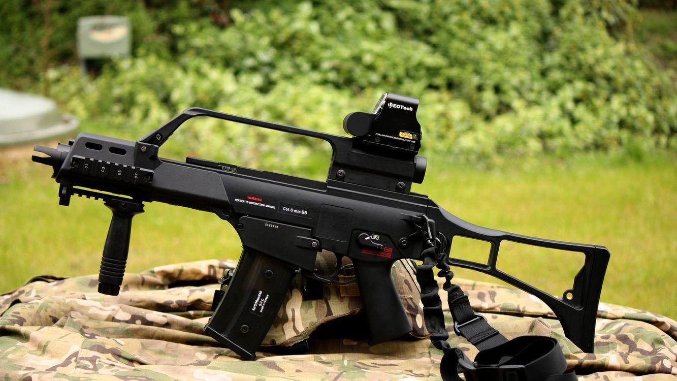 Фото бесплатно автомат, черный, небольшой, приклад, металлический, трава, зеленая, оружие, оружие