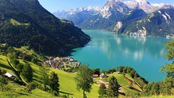 Бесплатные фото озеро,горы,деревья,трава,дома,дорога,пейзажи