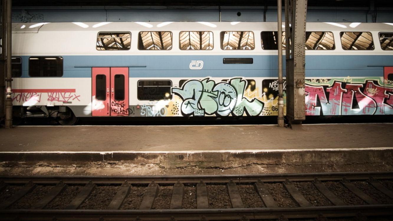 Фото бесплатно поезд, графити, железная дорога, столбы, полос, двери, разное, разное