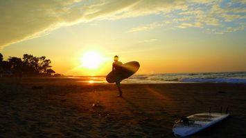 Бесплатные фото серфинг,пляж,берег,мужчина,доска,закат,солнце