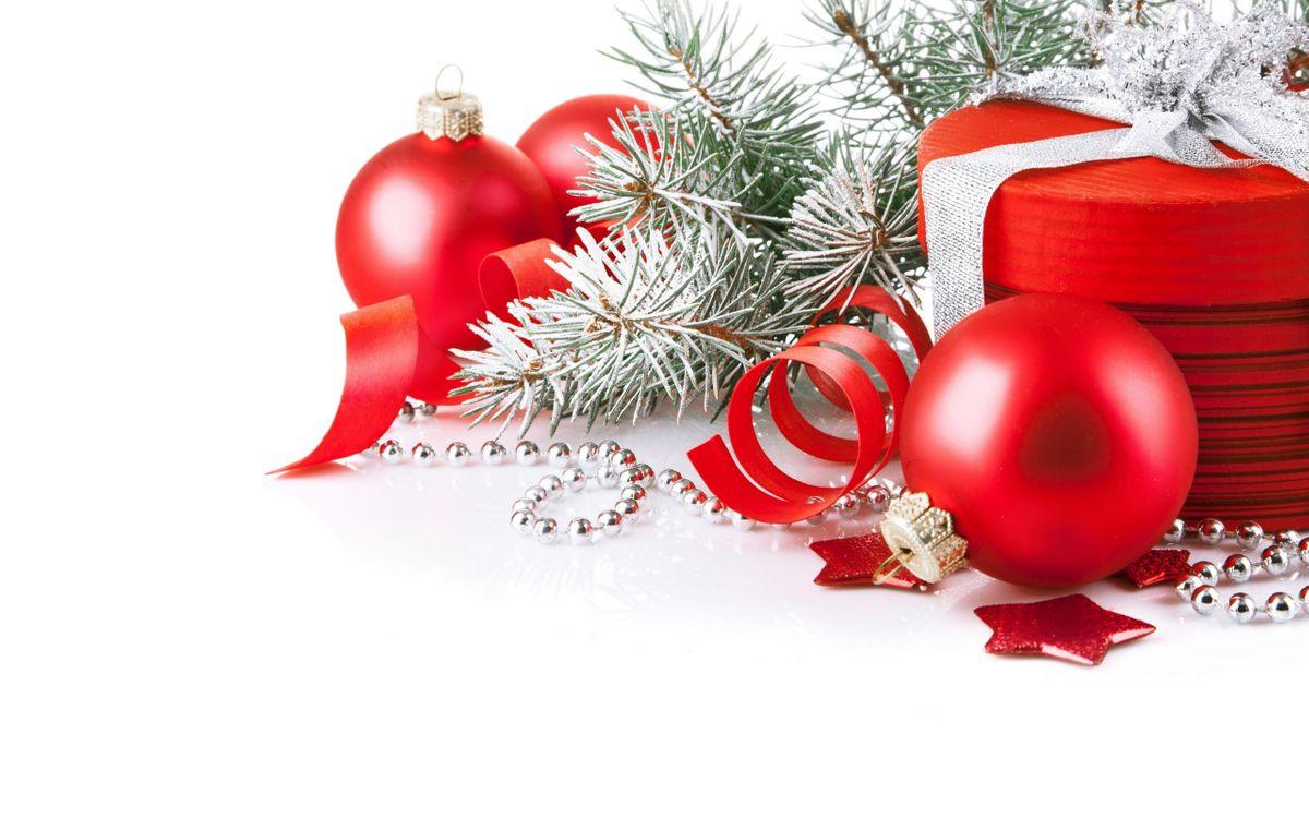 Фото бесплатно шарики, красные, звездочки, ветки, иголки, подарок, ленточка, фон, белый, новый год, настроения, праздники, праздники