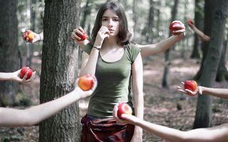 Обои креатив, девушка, руки, яблоки, лес, девушки