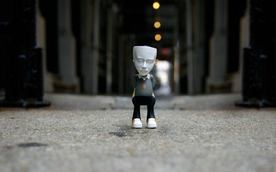 Бесплатные фото человек,игрушка,голова,глаза,тело,ноги,кроссовки,кеды,асфальт,разное