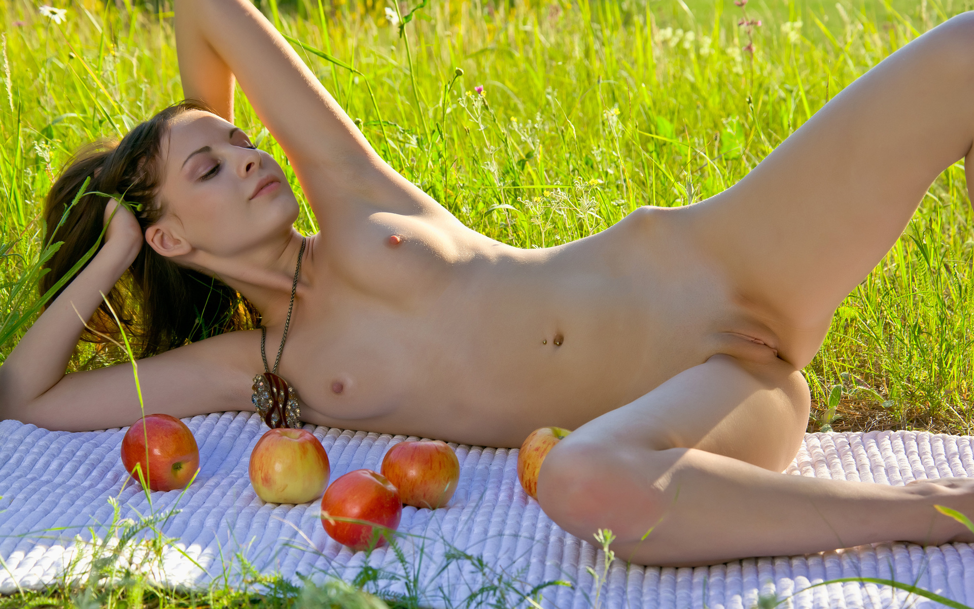 devushki-s-yablokami-kartinki-eroticheskie