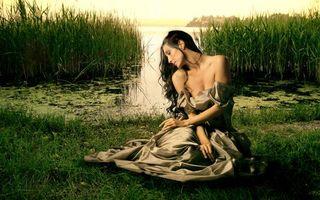 Бесплатные фото девушка,брюнетка,волосы,платье,прическа,болото,вода