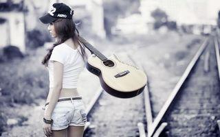 Бесплатные фото девушка,кепка,прическа,шорты,шапка,браслет,майка