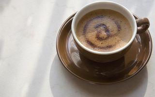 Бесплатные фото кофе,пена,чашка,блюдце,коричневое,стол,напитки