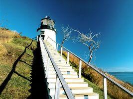 Бесплатные фото море,голубое,небо,деревья,маяк,лестница,природа