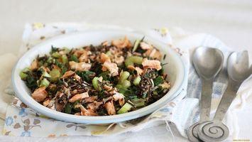 Бесплатные фото зелень,мясо,тарелка,ложки,салфетка,огурцы,еда