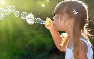 Бесплатные фото child,happiness,little girl,девочка,childhood,пузырей,joy