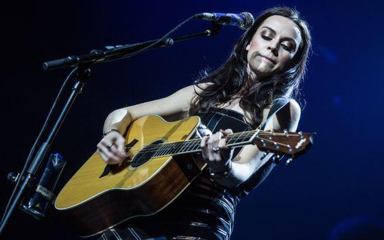 Фото бесплатно гитара, девушка, певица, микрофон, концерт, песня, музыка