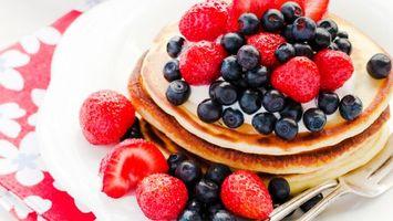 Обои клубника, черника, десерт, блины, ягоды, вилка, еда