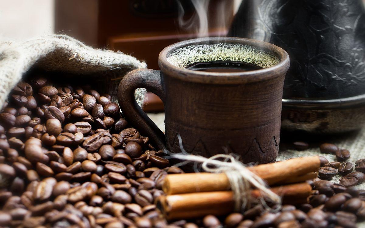 Фото бесплатно кофе, зерна, чашка, кружка, пенка, пар, корица, ваниль, чайник, стол, напитки, напитки