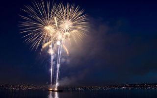 Фото бесплатно салют, фейерверк, свет, огни, искры, взрыв, море, океан, лодка, дома, улицы, город, настроения, праздники