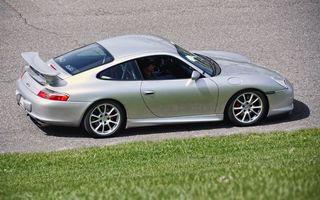 Фото бесплатно автомобиль, gt, серый, спойлер, капот, кузов, фары, дорога, асфальт, трава, зеленый, машины