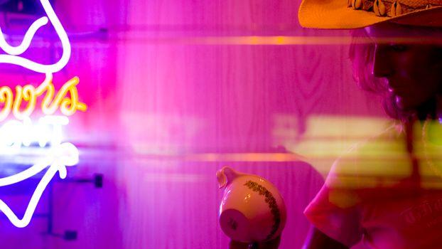 Бесплатные фото девушка,кружка,огни,вывеска,необычно,ярко,абстракции