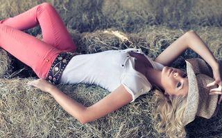 Бесплатные фото блондинка, техас, девушка, джинсы, шляпа, сено, девушки