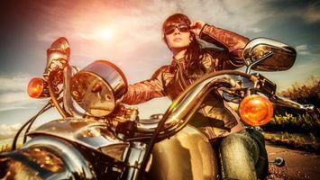 Бесплатные фото небо,облака,очки,мотоцикл,байк,взгляд,девушки