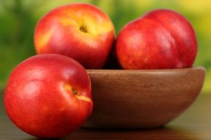 Бесплатные фото нектарин,фрукт,стол,деревянное,блюдце,макро,еда