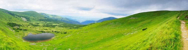 Заставки озеро в горах,зелень,новая земля,тропинка,зеленые холмы,горы,пейзажи