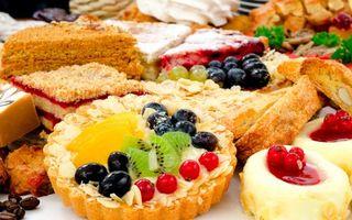 Заставки пирожные, тортики, вкусности, ягоды, фрукты, десерт, бисквит, киви, виноград, черника, миндаль, кофе
