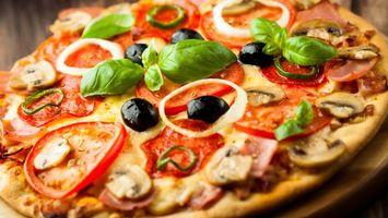 Бесплатные фото пицца,тесто,помидоры,оливки,бекон,мясо,лук