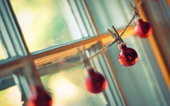 Бесплатные фото шарики,прищепки,окно,рама,веревка,шнур,стена,красные,пружина,висят,новый год,настроения