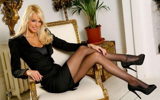 Фото бесплатно девушка, блондинка, на кресле, во дворце, колготки, ноги, красавица, девушки