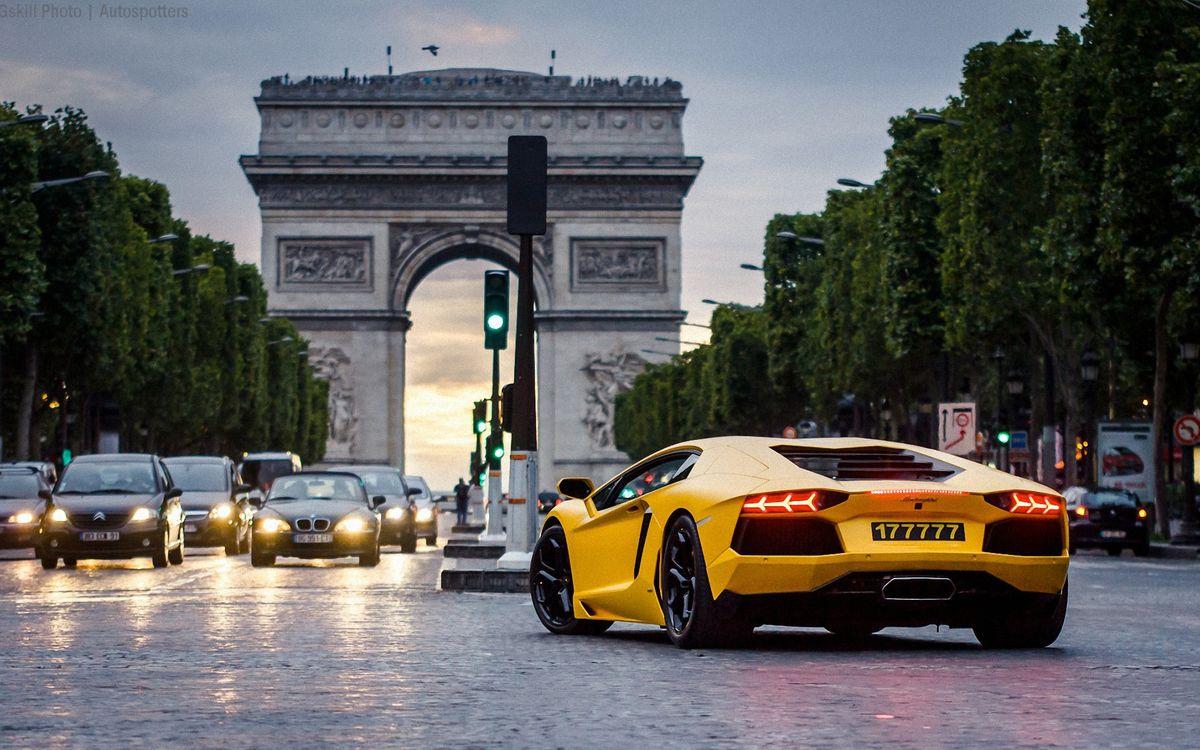 Обои арка, здание, автомобиль, номер, фары, багажник, колеса, диски, асфальт, город, машины на телефон | картинки машины