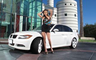 Фото бесплатно автомобиль, колеса, диски, шины, фары, решетка, капот, дома, улица, свет, огни, дверка, девушка, платье, девушки, машины