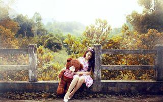 Бесплатные фото девушка,сидит,спит,забор,платье,медведь,плюшевый