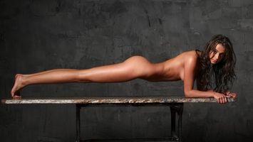 Бесплатные фото девушка,волосы,черные,попа,ноги,руки,эротика