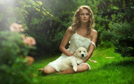 Бесплатные фото девушка,собака,кусты,зелень,шерсть,мех,девушки,животные,природа