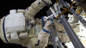 Фото бесплатно космонавт, скафандр, костям, руки, перчатки, небо, черное, космос