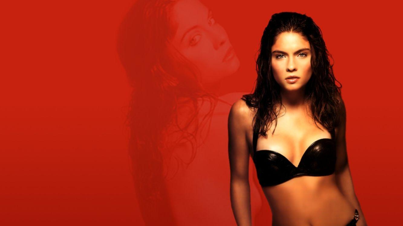 Фото бесплатно купальник, красивая, волосы, мокрые, красный, отражение, девушки, девушки