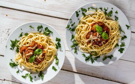 Бесплатные фото лапша,макароны,тарелки,мясо,деревянный,стол,еда